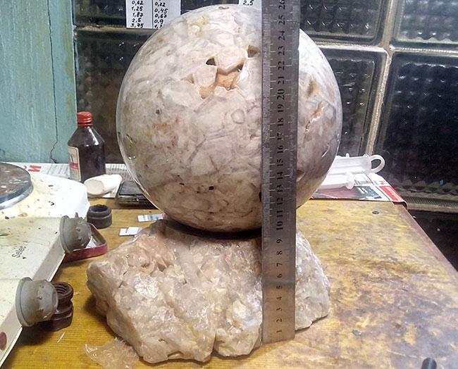 большой шар в мастерской